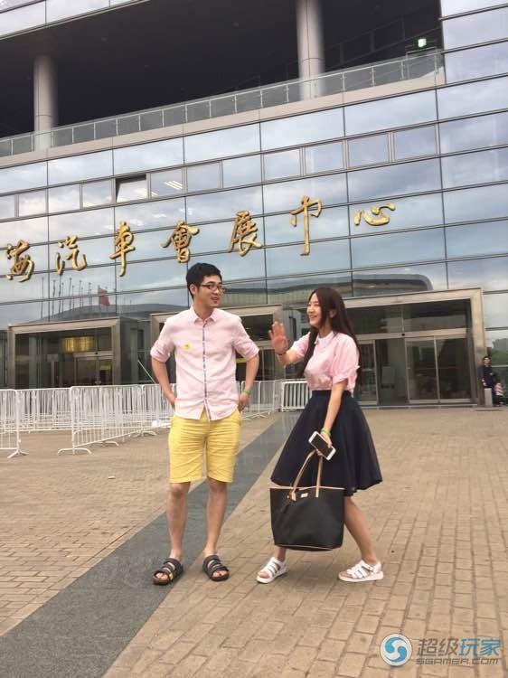 虐单身狗:TI5预选赛现场老党沐沐甜蜜合影