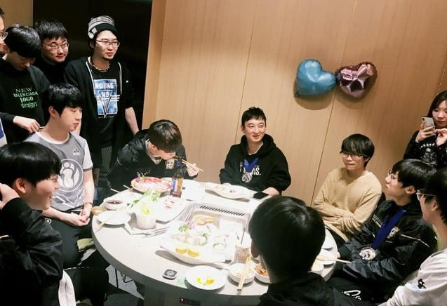 IG夺冠后举办庆功宴 王思聪面色红润带全队吃海底捞