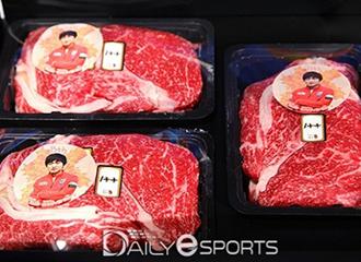 吃肉!Flash出道8周年获粉丝送肉